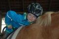Therapie auf dem Pferd macht Spaß. Foto: Ulrike Bergeaud